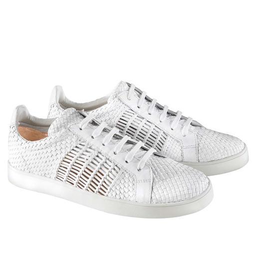 Dauerbrenner weiße Sneaker: durch Flechtleder interessanter und luftiger als die meisten. Dauerbrenner weiße Sneaker: durch Flechtleder interessanter und luftiger als die meisten.