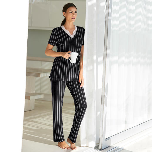 Verdiani Nadelstreifen-Pyjama Moderne, cleane Form. Klassische Nadelstreifen. Feminine Spitze. Made in Italy.