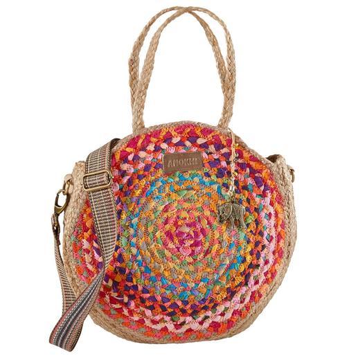 Modische Allianz aus runder Jute-Bag und auffälligem Taschengurt. Modische Allianz aus runder Jute-Bag und auffälligem Taschengurt.