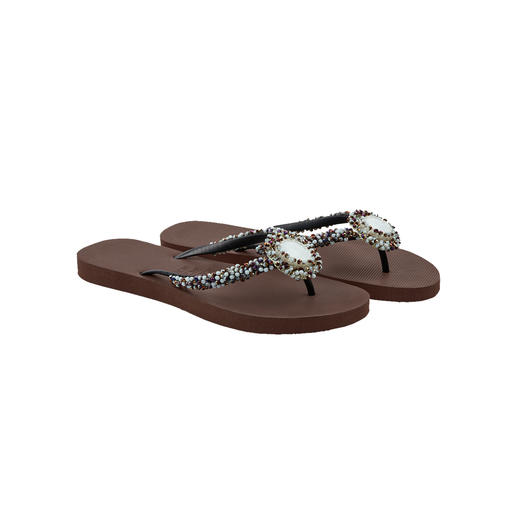 Uzurii Deluxe-Zehensteg-Sandale - Einst schlichte Strand-Schlappe. Heute gefeierter Fashion-Star.