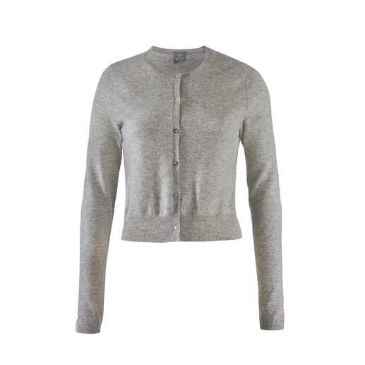 """Genau die richtige """"Kürze"""" – in selten luxuriöser Kaschmir-Qualität. Der perfekte Cardigan zu den angesagten High-Waist-Hosen und -Röcken. In selten luxuriöser Kaschmir-Qualität."""