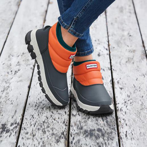 Der schlechtwettertaugliche Schuh mit 4 Trendelementen: Duck-Schuh, Puffa-Style, Neopren, Sneaker-Sohle. Von Hunter, dem Hoflieferanten des englischen Königshauses und Lieblings-Label vieler Festival-Fans.