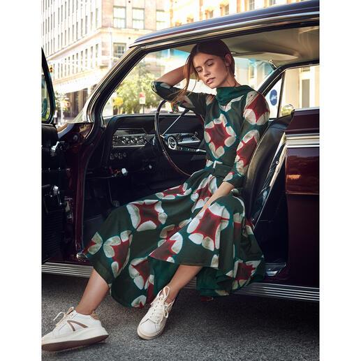 Das Kleid im eleganten Retro-Stil der 40er- und 50er-Jahre –  von der Meisterin des Fachs: Samantha Sung. Leichter Baumwoll-Musselin mit unvergänglichem Batik-Dessin.