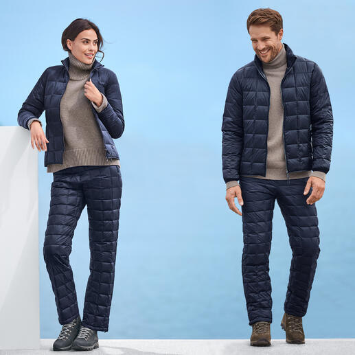Jacke und Hose vom japanischen Outdoor-Spezialisten Taion. Mehr Wärme und doch mehr Leichtigkeit – dank selten hochwertiger Daunen-Isolierung.