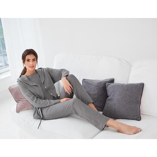 Cornelie Weiss Homewear 3-Teiler Homewear oder Streetwear? Beides! Kapuzenjacke, 3/4-Arm-Shirt und Sweatpants im Casual Clean-Chic.