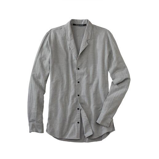 Stehkragenhemden sind modisch hochaktuell. Aber nur die wenigsten sind so durchdacht. Stehkragenhemden sind modisch hochaktuell. Aber nur die wenigsten sind so durchdacht.