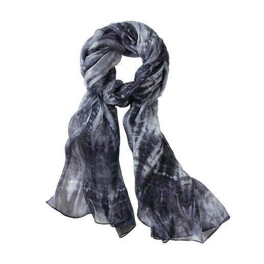 Der vielseitig kombinierbare, vielseitig tragbare Schal made in Italy. Von Ancini. Seltenes Traumpaar: Trendiges Batik-Dessin trifft auf edlen Seiden-Chiffon.