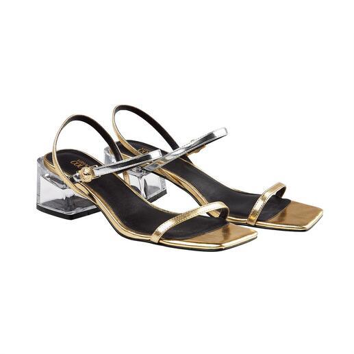 Die wohl perfekte Sandale für den Sommer kommt von Versace Jeans Couture. Alltagstauglich, bequem und vielseitig. Trotzdem spektakulär und erfreulich erschwinglich.