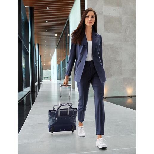 Der klassische blaue Hosenanzug mit modischem Facelift. Von T-Jacket. Made in Italy. Lässig-bequemer Schnitt. Waschbare, atmungsaktive Hightech-Schurwolle. Frisches Indigo-Blau.