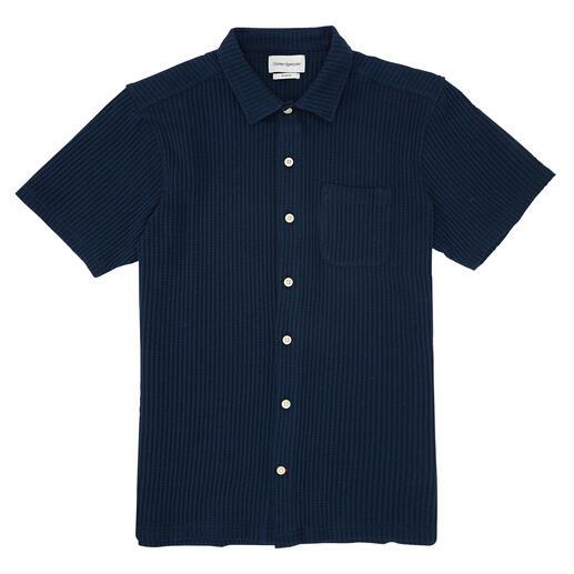 Das sommerliche Kurzarm-Hemd aus edlem Waffelpiqué. Von Oliver Spencer/London. Erfrischend luftig. Angenehm saugfähig. Unglaublich bequem. Und doch so schwer zu finden.