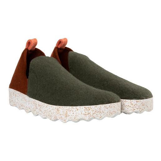 Der gemütliche Hausschuh & trendige Outdoor-Sneaker. Warmer, wasserabweisender Wollfilz. Bequem gepolsterte Laufsohle. Für Damen und Herren.