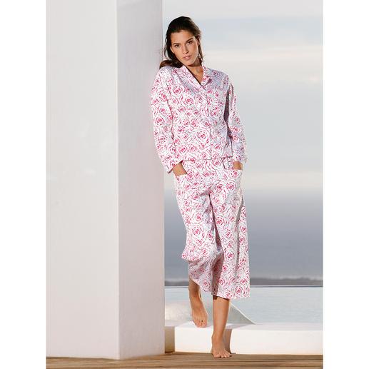 NOVILA Rosen-Pyjama, himbeerrot - Der Pyjama für den ersten guten Eindruck am Morgen. Mit himbeerroten Rosen auf feinem, weißem Satin.