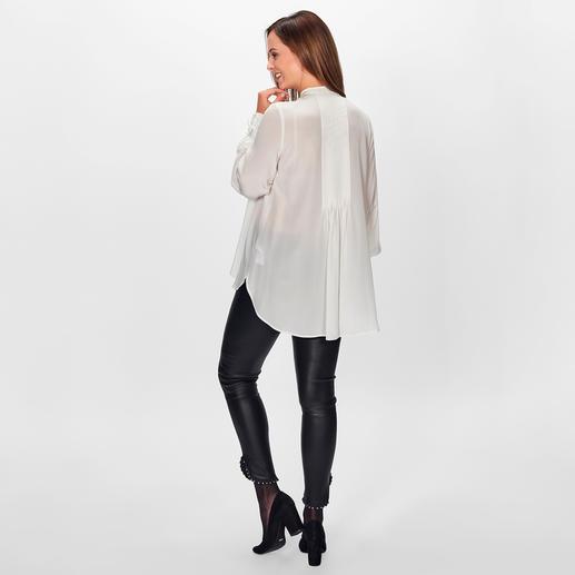 SLY010 Knöpfchen-Bluse Trend-Details und Stretchseide modernisieren die klassische offwhite Bluse. Von SLY010, Berlin.