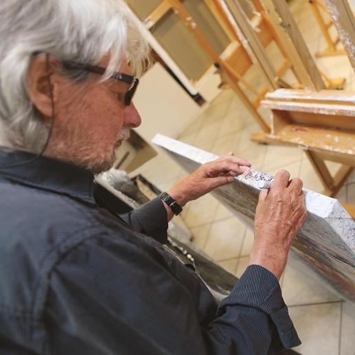 Benno Werth firnisst und signiert jedes der 20 Exemplare von Hand.