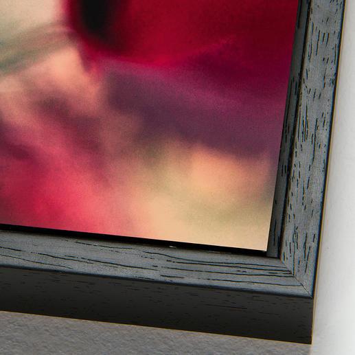 Bei der Schattenfugenrahmung wird die Aluminiumplatte mit einem 0,7 cm großen Spalt von einer schwarzen Holzleiste umrahmt (inkl. Aufhängung an der Rückwand).