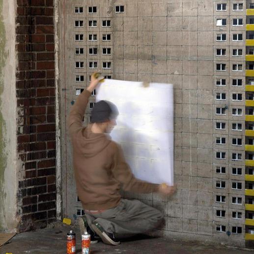 Evol bei der Anwendung der Schablonentechnik in seinem Atelier, das er gemeinsam mit dem Künstler pisa73 in Berlin betreibt. Als CT´ink ist das Künstlerduo durch diverse Ausstellungen in der europäischen Szene und in den USA bereits bekannt.