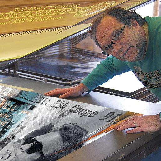 Der Künstler erstellt jeden Siebdruck von Hand.