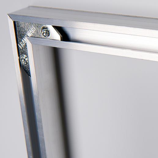 Die Metallleiste auf der Rückseite ermöglicht eine sichere und mühelose Aufhängung.