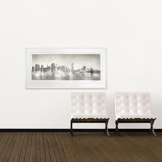 Das großformatige Werk zeigt die Skyline der Insel Manhattan, die äußerst detailliert zu erkennen ist.