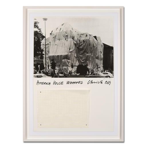 """Christo – America House Wrapped Rarität: 47 Jahre alte, handsignierte Christo-Edition. Die letzten 25 Exemplare von """"America House Wrapped"""". Mit Original-Verhüllungsstoff. Maße: gerahmt 79 x 106 cm"""