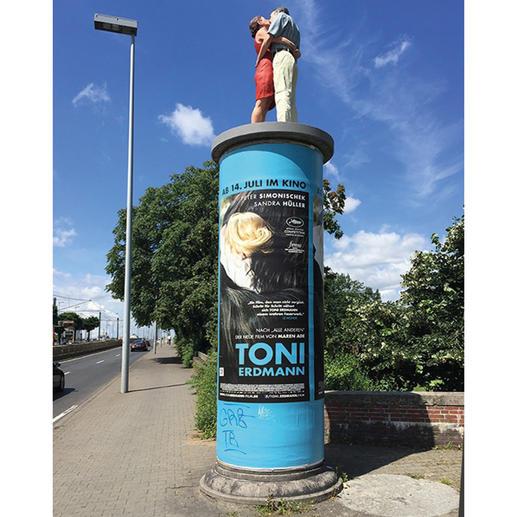 Die 1,90 m große Originalskulptur auf einer Litfass-Säule ist in Düsseldorf zu sehen.