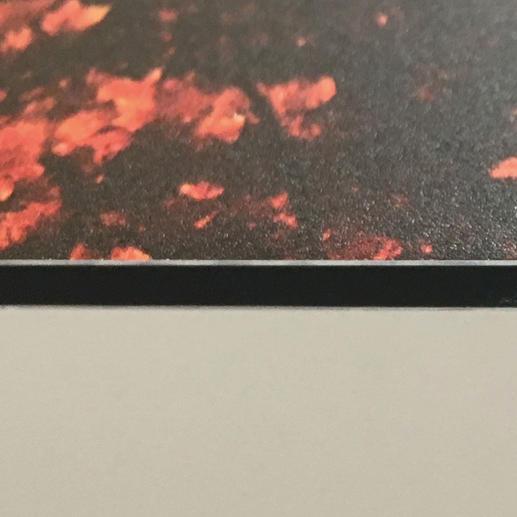 Die Edition wird direkt auf eine 3 mm dicke Aluminiumverbundplatte gedruckt.