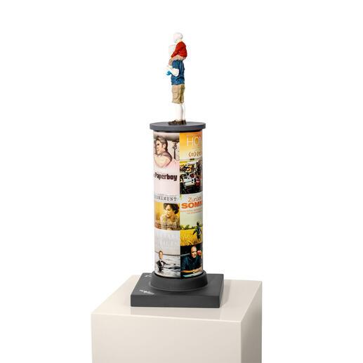 """Die 46 cm hohe Skulptur zeigt u.a. Max Raabe und sein Album """"Für Frauen ist das kein Problem"""" und die Filme """"Father & Son und  """"Zurück im Sommer""""."""