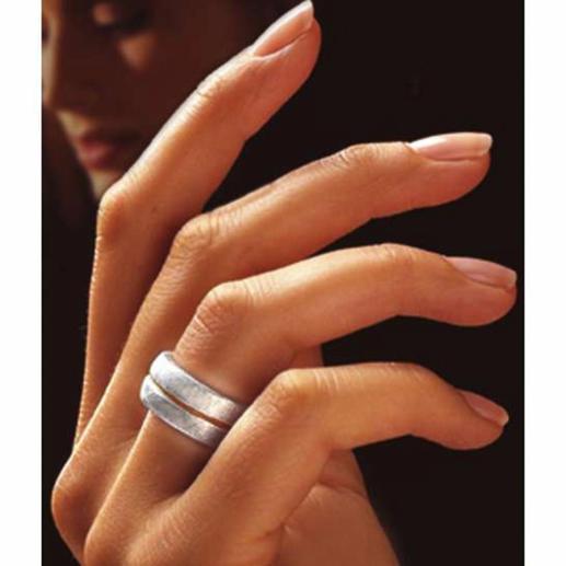 Der edle, matt schimmernde Fingerring passt zu Ihrem Gold- und Silberschmuck. Und zu jeder Garderobe.